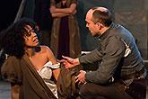 Amanda Wilkin (L) Tom Lawrence (P), Globe on Tour's Hamlet 2014, foto: Bronwen Sharp