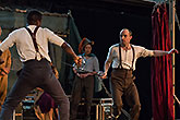 Ladi Emeruva (L) Jennifer Leong Tom Lawrence (P), Globe on Tour's Hamlet 2014, foto: Bronwen Sharp