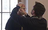 Pavel Nový a krejčí Aleš Frýba, měření hlavy, Mnoho povyku pro nic 2014, zdroj: © AGENTURA SCHOK, foto: Viktor Kronbauer