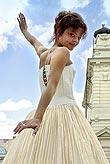 Antonie Talacková jako Miranda (před Divadlem na Vinohradech, kde se zkouší Bouře), foto: Viktor Kronbauer, zdroj: © AGENTURA SCHOK