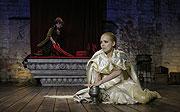 Othello, Lucie Vondráčková (Desdemona), v pozadí Barbora Munzarová (Emílie), foto: Viktor Kronbauer, tel.: 603 473 507, zdroj: © AGENTURA SCHOK