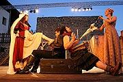 Pavlína Kafková (Adriana), Petr Sýkora (Antifolus syrakuský), Jiří Sedláček (Dromio syrakuský), Tereza Dočkalová (Luciana), foto: Radovan Šťastný, zdroj: © PaS de Théâtre