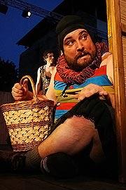 Jiří Sedláček (Dromio syrakuský), v pozadí Petr Sýkora (Antifolus syrakuský), foto: Radovan Šťastný, zdroj: © PaS de Théâtre