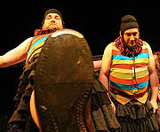 Komedie omylů, PaS de Théâtre, Jiří Sedláček (Dromio Syrakuský), Vladimír Polák (Dromio Efeský), foto: Radovan Šťastný, zdroj: © PaS de Théâtre
