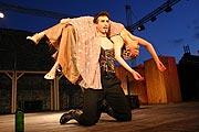 Komedie omylů, PaS de Théâtre, Petr Sýkora (Antifolus syrakuský), Tereza Dočkalová (Luciana),  Radovan Šťastný, source: © PaS de Théâtre