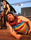 Komedie omylů: Jiří Sedláček, v pozadí Petr Sýkora, foto: Radovan Šťastný, zdroj: © PaS de Theatre