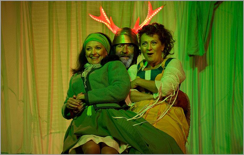 Veselé paničky windsorské, Eva Režnarová (paní Brouzdalová), Bolek Polívka (Falstaff), Simona Stašová (paní Pažoutová), foto: Viktor Kronbauer, zdroj: © AGENTURA SCHOK