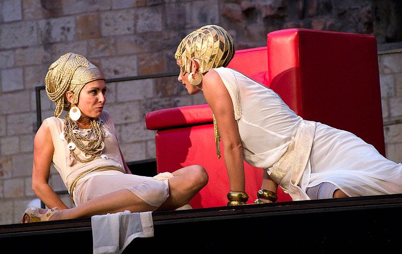 Henrieta Mičkovicová (Kleopatra), Zuzana Kanócz (Charmian), foto: Viktor Kronbauer, zdroj: © AGENTURA SCHOK