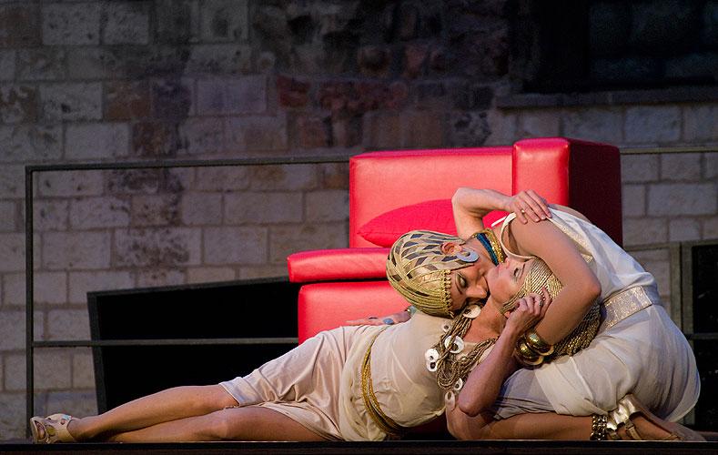 Henrieta Mičkovicová (Kleopatra), Zuzana Kanócz (Charmian), zdroj: © AGENTURA SCHOK