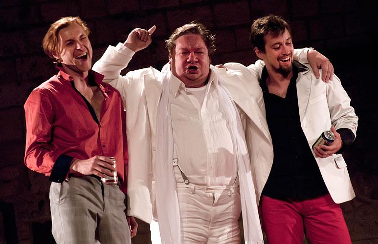 Jiří Racek (Poins), Norbert Lichý (Falstaff), Jan Dolanský (princ Jindřich), foto: Viktor Kronbauer, zdroj: © AGENTURA SCHOK