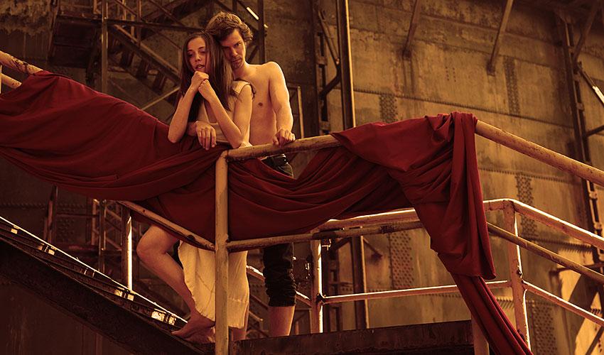 Tereza Dočkalová (Julie), Marek Holý (Romeo). Lokalita: Dolní oblast VÍTKOVICE, Ostrava, foto: Radovan Šťastný, zdroj: © PaS de Theatre s.r.o.