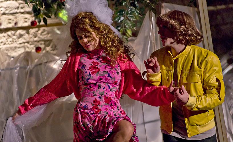Lucie Štěpánková (Bianca), Matouš Ruml (Lucentio), Zkrocení zlé ženy 2011, foto: Viktor Kronbauer, zdroj: © AGENTURA SCHOK
