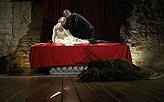 Othello, Lucie Vondráčková (Desdemona), Martin Zahálka (Othello), v popředí Zuzana Slavíková (Emílie), foto: Viktor Kronbauer, tel.: 603 473 507, zdroj: © AGENTURA SCHOK