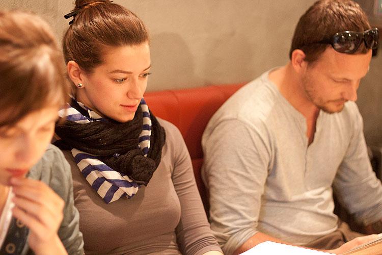 Tereza Dočkalová (Kateřina), Andrea Mohylová (Marie), Josef Kaluža (Longaviile), zdroj: © Pas de Theatre
