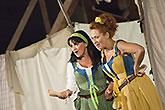 Zleva Eva Režnarová a Simona Stašová, Veselé paničky windsorské 2013, zdroj: © AGENTURA SCHOK, foto: Roman Dobeš